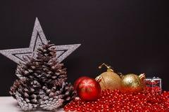Σύνθεση Χριστουγέννων σε ένα σκοτεινό υπόβαθρο μεταλλινών Στοκ εικόνα με δικαίωμα ελεύθερης χρήσης