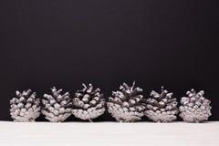 Σύνθεση Χριστουγέννων σε ένα σκοτεινό υπόβαθρο μεταλλινών Στοκ Εικόνα