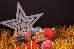 Σύνθεση Χριστουγέννων σε ένα σκοτεινό υπόβαθρο μεταλλινών Στοκ Φωτογραφία