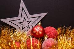 Σύνθεση Χριστουγέννων σε ένα σκοτεινό υπόβαθρο μεταλλινών Στοκ εικόνες με δικαίωμα ελεύθερης χρήσης