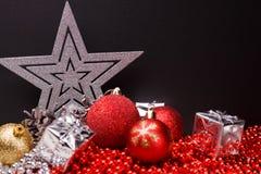 Σύνθεση Χριστουγέννων σε ένα σκοτεινό υπόβαθρο μεταλλινών Στοκ φωτογραφίες με δικαίωμα ελεύθερης χρήσης