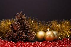 Σύνθεση Χριστουγέννων σε ένα σκοτεινό υπόβαθρο μεταλλινών Στοκ Εικόνες