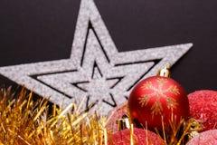 Σύνθεση Χριστουγέννων σε ένα σκοτεινό υπόβαθρο μεταλλινών Στοκ φωτογραφία με δικαίωμα ελεύθερης χρήσης