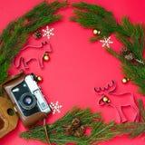 Σύνθεση Χριστουγέννων στο κόκκινο υπόβαθρο στοκ εικόνα
