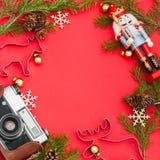 Σύνθεση Χριστουγέννων στο κόκκινο υπόβαθρο στοκ φωτογραφία με δικαίωμα ελεύθερης χρήσης