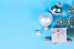 Σύνθεση Χριστουγέννων του κιβωτίου και των μπιχλιμπιδιών δώρων στοκ εικόνες