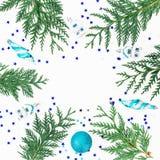 Σύνθεση Χριστουγέννων των κλάδων, των μπιχλιμπιδιών διακοσμήσεων και Χριστουγέννων στο άσπρο υπόβαθρο Πλαίσιο διακοπών, διάστημα  Στοκ Εικόνα