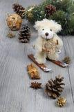 Σύνθεση Χριστουγέννων: teddy αφορτε τα σκι στο deco του νέου έτους Στοκ Φωτογραφίες