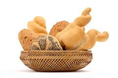 Σύνθεση ψωμιού των διάφορων ρόλων σε ένα καλάθι στο λευκό Στοκ Εικόνα