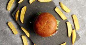 Σύνθεση burger με τα τηγανητά απόθεμα βίντεο