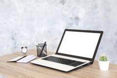 Σύνθεση Minimalistic του εργασιακού χώρου με το lap-top και τα χαρτικά στοκ εικόνα με δικαίωμα ελεύθερης χρήσης
