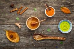 Σύνθεση nature spa των συστατικών στο σκοτεινό ξύλινο πίνακα Στοκ εικόνες με δικαίωμα ελεύθερης χρήσης