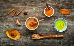 Σύνθεση nature spa των συστατικών στο σκοτεινό ξύλινο πίνακα Στοκ φωτογραφία με δικαίωμα ελεύθερης χρήσης
