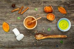 Σύνθεση nature spa των συστατικών στο σκοτεινό ξύλινο πίνακα Στοκ Φωτογραφία