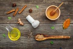 Σύνθεση nature spa των συστατικών στο σκοτεινό ξύλινο πίνακα Στοκ Εικόνες
