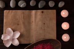 Σύνθεση SPA με τα κεριά αρώματος και το κενό εκλεκτής ποιότητας ανοικτό βιβλίο στο ξύλινο υπόβαθρο Επεξεργασία, aromatherapy Στοκ Εικόνες