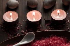 Σύνθεση SPA με τα κεριά αρώματος σε ξύλινο Επεξεργασία, aromatherapy Στοκ Φωτογραφία