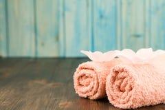 Σύνθεση SPA με τις πετσέτες, άλας θάλασσας στο ξύλινο υπόβαθρο Στοκ Εικόνα