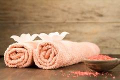 Σύνθεση SPA με τις πετσέτες, άλας θάλασσας στο ξύλινο υπόβαθρο Στοκ Φωτογραφία