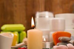 Σύνθεση SPA με το άλας θάλασσας, κεριά, σαπούνι, κοχύλια, κρέμες για το πρόσωπο Στοκ Φωτογραφία
