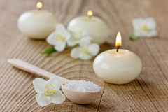 Σύνθεση SPA με το αλατισμένο λουτρό θάλασσας στο ξύλινο κουτάλι, jasmine λουλούδια Στοκ Εικόνα