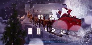 Σύνθετη εικόνα Άγιου Βασίλη που οδηγά στο έλκηθρο κατά τη διάρκεια των Χριστουγέννων Στοκ Φωτογραφία