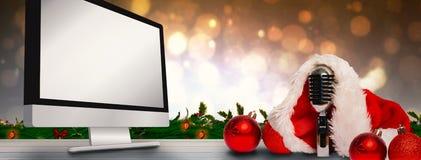 Σύνθετη εικόνα εκλεκτής ποιότητας mic με το καπέλο santa στοκ φωτογραφίες