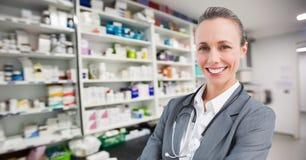 Σύνθετη εικόνα ενός γιατρού σε ένα φαρμακείο στοκ εικόνες