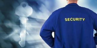 Σύνθετη εικόνα οπισθοσκόπου του αξιωματικού ασφαλείας σε ομοιόμορφο στοκ εικόνες