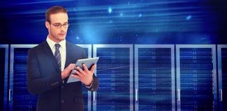Σύνθετη εικόνα ο επιχειρηματίας που χρησιμοποιεί το PC ταμπλετών Στοκ Φωτογραφία