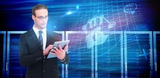 Σύνθετη εικόνα ο επιχειρηματίας που χρησιμοποιεί το PC ταμπλετών Στοκ Εικόνες