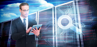 Σύνθετη εικόνα ο επιχειρηματίας που χρησιμοποιεί το PC ταμπλετών Στοκ φωτογραφία με δικαίωμα ελεύθερης χρήσης