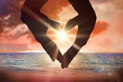 Σύνθετη εικόνα στενού επάνω των χεριών που διαμορφώνουν την καρδιά Στοκ φωτογραφία με δικαίωμα ελεύθερης χρήσης