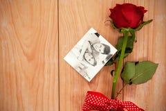 Σύνθετη εικόνα συνεδρίασης ζευγών χαμόγελου της όμορφης σε έναν καναπέ Στοκ Φωτογραφίες