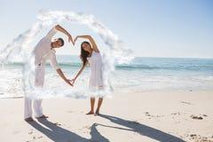 Σύνθετη εικόνα της αγάπης του ζεύγους που διαμορφώνει τη μορφή καρδιών με τα όπλα Στοκ φωτογραφία με δικαίωμα ελεύθερης χρήσης