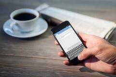 Σύνθετη εικόνα της αποστολής κειμενικών μηνυμάτων smartphone Στοκ Εικόνα
