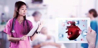 Σύνθετη εικόνα της ασιατικής νοσοκόμας με το στηθοσκόπιο που εξετάζει τη κάμερα Στοκ Εικόνα