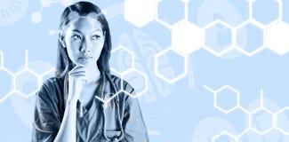 Σύνθετη εικόνα της ασιατικής νοσοκόμας που σκέφτεται με το χέρι στο πηγούνι Στοκ φωτογραφία με δικαίωμα ελεύθερης χρήσης