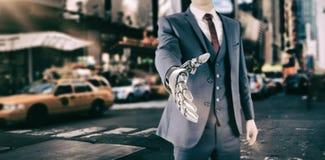 Σύνθετη εικόνα της γραφικής εικόνας του επιχειρηματία με το ρομποτικό χέρι Στοκ φωτογραφία με δικαίωμα ελεύθερης χρήσης