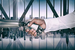 Σύνθετη εικόνα της γραφικής εικόνας υπολογιστών των χεριών τινάγματος επιχειρηματιών και ρομπότ Στοκ φωτογραφία με δικαίωμα ελεύθερης χρήσης
