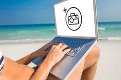 Σύνθετη εικόνα της γυναίκας που χρησιμοποιεί το lap-top στην καρέκλα γεφυρών Στοκ φωτογραφία με δικαίωμα ελεύθερης χρήσης