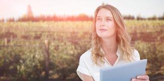 Σύνθετη εικόνα της γυναίκας που χρησιμοποιεί το PC ταμπλετών στοκ φωτογραφίες