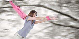Σύνθετη εικόνα της γυναίκας στο κοστούμι superhero που προσποιείται να πετάξει στοκ εικόνες