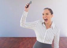 Σύνθετη εικόνα της επιχειρηματία που κραυγάζει και που ρίχνει το κινητό τηλέφωνό της Στοκ Εικόνα