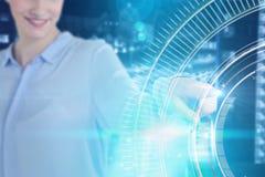 Σύνθετη εικόνα της επιχειρηματία που χρησιμοποιεί την αόρατη ψηφιακή οθόνη Στοκ φωτογραφία με δικαίωμα ελεύθερης χρήσης