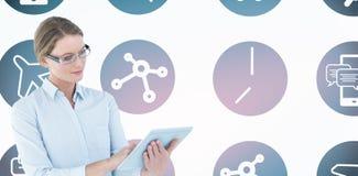 Σύνθετη εικόνα της επιχειρηματία που χρησιμοποιεί το PC ταμπλετών Στοκ Φωτογραφία