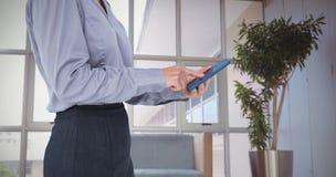 Σύνθετη εικόνα της επιχειρηματία που χρησιμοποιεί το smartphone της Στοκ Εικόνα