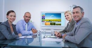 Σύνθετη εικόνα της επιχειρησιακής ομάδας που εξετάζει την άσπρη οθόνη Στοκ φωτογραφία με δικαίωμα ελεύθερης χρήσης