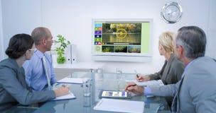 Σύνθετη εικόνα της επιχειρησιακής ομάδας που εξετάζει το χρονικό ρολόι Στοκ φωτογραφίες με δικαίωμα ελεύθερης χρήσης