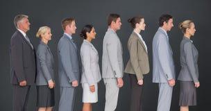 Σύνθετη εικόνα της επιχειρησιακής ομάδας που στέκεται στη σειρά στοκ εικόνα